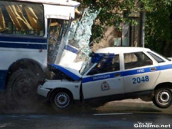 Une voiture de police s explose dans un bus ... de la police :p