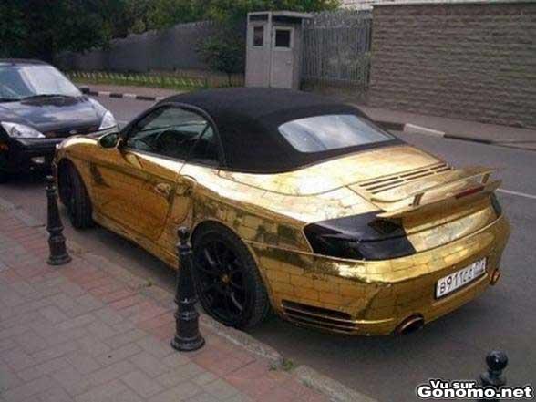 Une Porsche bling bling en or avec des motifs sculptes