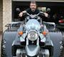 Une moto custom qui ne ressemble plus trop a une moto avec ses trois roues et sa grosse carrosserie