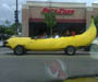 Voiture banane : une automobile decapotable en forme de banane geante
